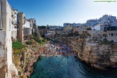 Polignano a Mare, presso il quale sorgono le spiagge più belle nei dintorni di Bari