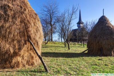 il cimitero che circonda la chiesa di legno