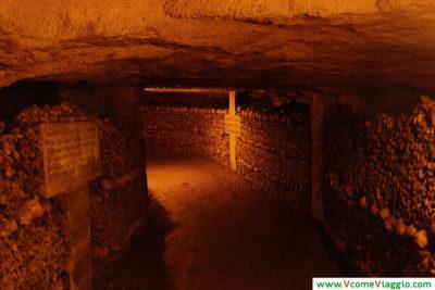 percorso interno delle catacombe di parigi