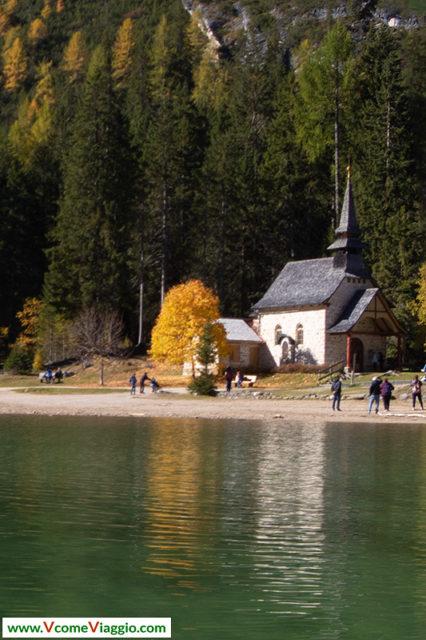 La piccola cappella sulle sponde del lago