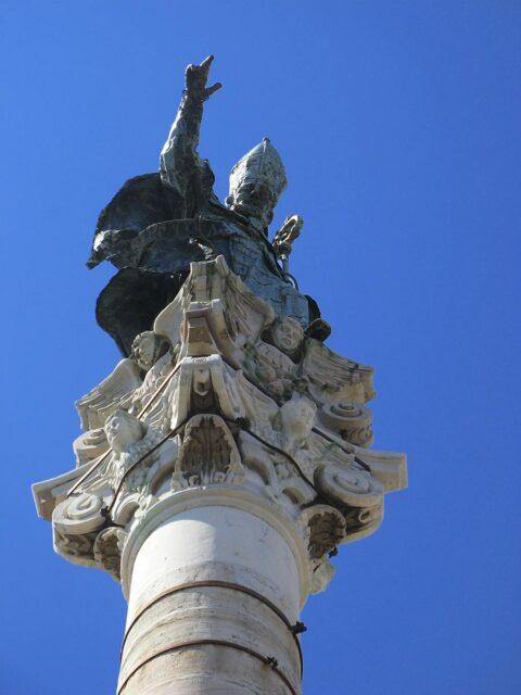 Statua di Sant'Oronzo in cima alla sua colonna, nell'omonima piazza di Lecce