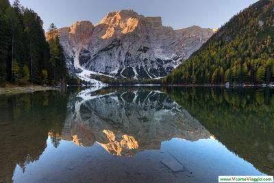 il lago di braies con alle spalle la croda del becco