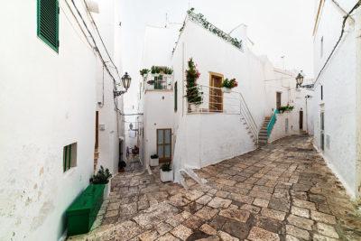 vicolo di Ostuni, città che si può facilmente raggiungere da Alberobello