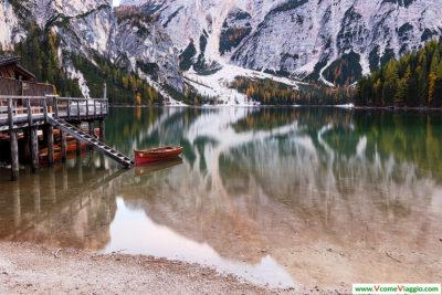 barchetta sul lago di braies