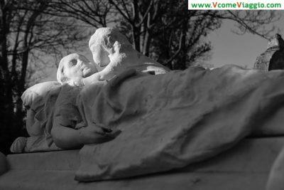 tomba di marmo al cimitero pere lachaise di parigi