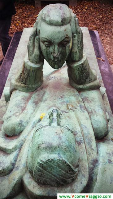 tomba enigmatica al cimitero di pere lachaise