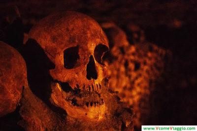teschio alle catacombe di parigi