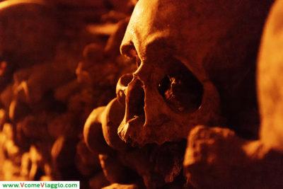 uno dei tanti teschi presenti alle catacombe di parigi