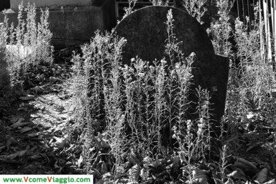 tomba abbandonata al cimitero di pere lachaise di parigi